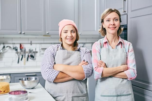 Chefs professionnels à la cuisine Photo gratuit