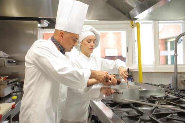 Chefs travaillant dans la cuisine Photo Premium