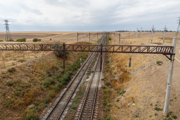 Le Chemin De Fer Dans Les Steppes Du Kazakhstan, Vue Sur Les Rails Du Pont Photo Premium