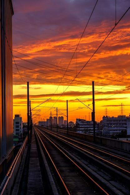 Chemin de fer et lever du soleil Photo gratuit