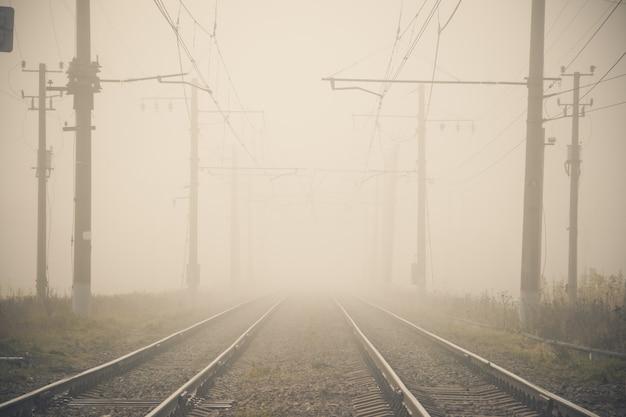 Chemin de fer russe. rails dormeurs contacter le réseau. Photo Premium
