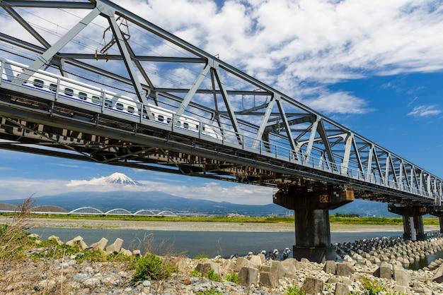 Chemin de fer shinkansen et mont fuji Photo Premium