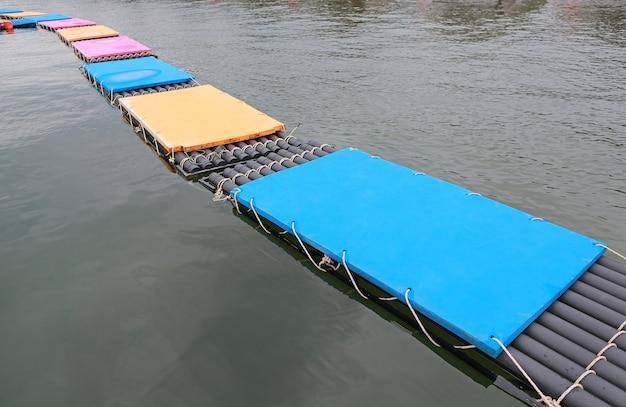 Chemin de matelas flottant en mousse sur l'eau. Photo Premium