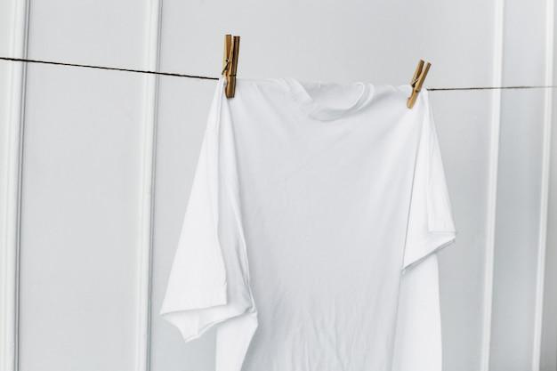 Chemise Blanche Accrochée Au Mur Photo gratuit