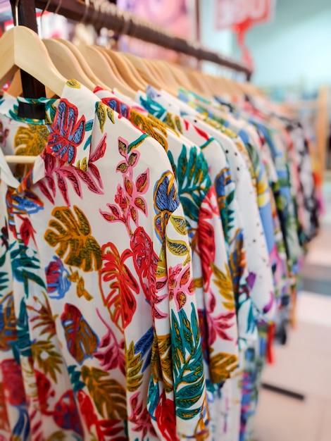 Chemise hawaïenne dans un magasin Photo Premium