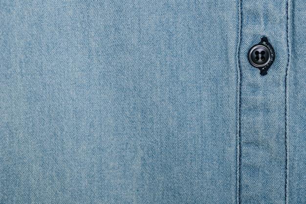 Chemise en jean bleu clair avec bouton noir Photo gratuit