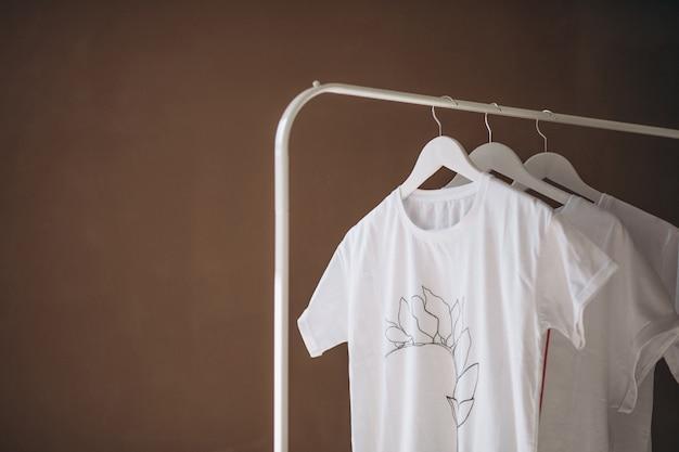 Chemises blanches suspendues dans la chambre Photo gratuit