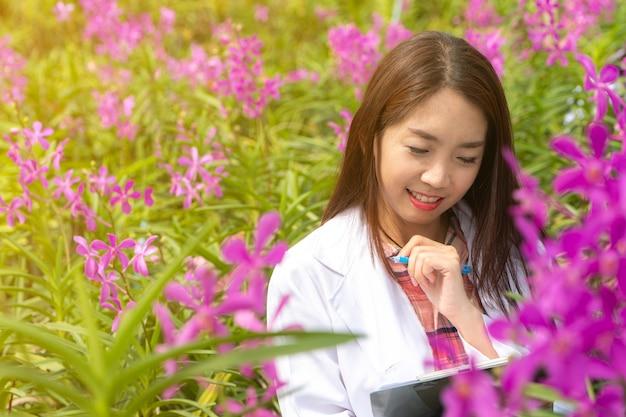 Chercheur botanique Photo Premium