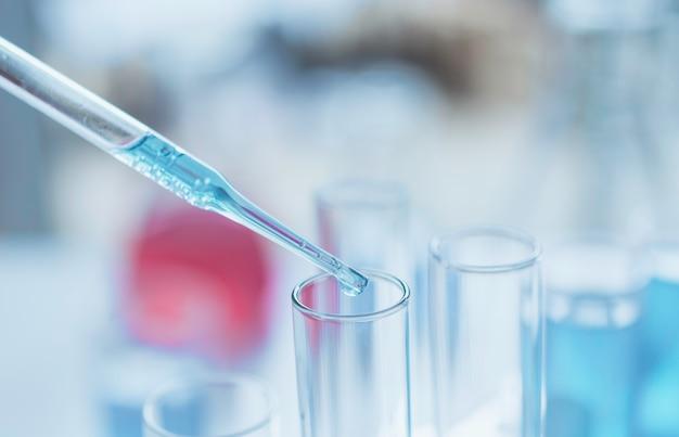 Chercheur avec tubes à essai chimiques de laboratoire en verre avec liquide pour concept de recherche analytique, médical, pharmaceutique et scientifique. Photo Premium