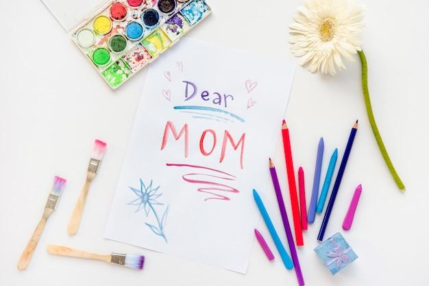Chère maman inscription sur papier avec des crayons Photo gratuit