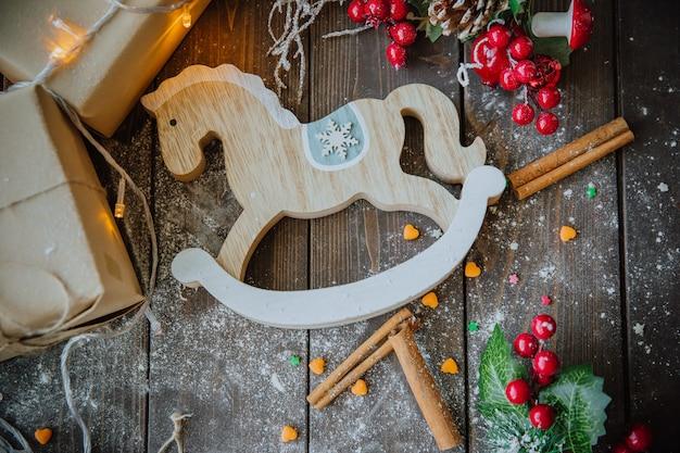 Cheval de bois sur la table de noël Photo gratuit