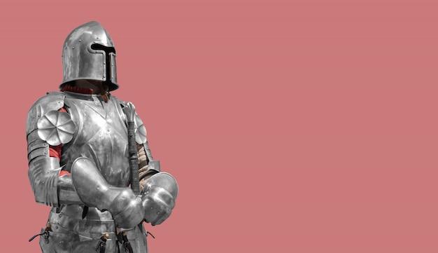 Chevalier médiéval en armure de métal brillant sur un fond crémeux. Photo Premium