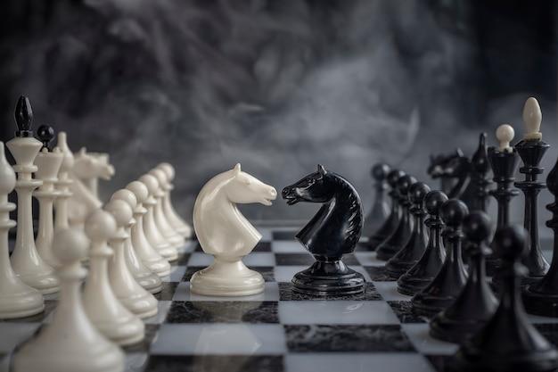 Chevaliers d'échecs face à face. Photo Premium