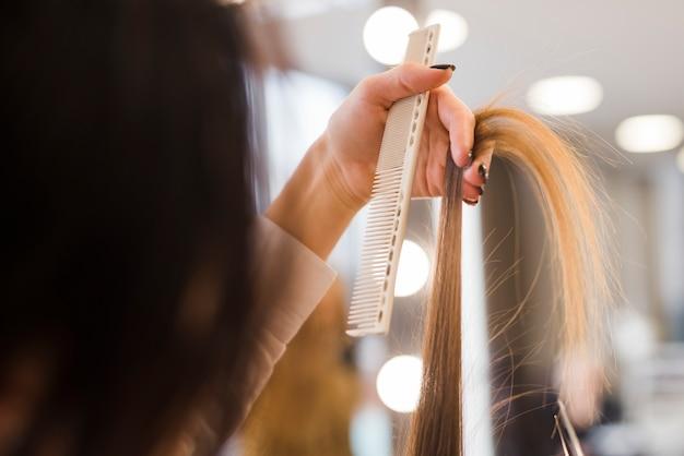 Cheveux blonds se brosser Photo gratuit