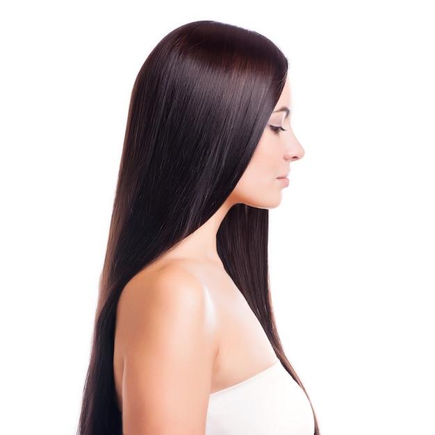 Cheveux bruns. belle femme avec de longs cheveux raides Photo Premium