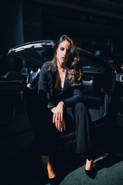 Cheveux bruns femme sexy sur le siège de la voiture Photo Premium