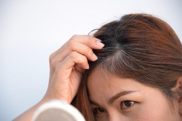 Cheveux gris et problème de perte de cheveux Photo Premium