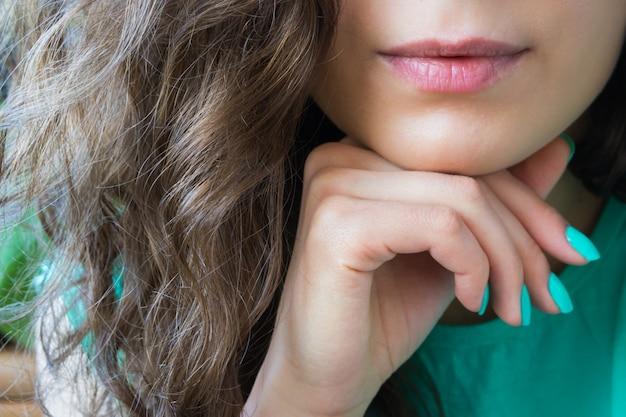Cheveux, lèvres et manucure Photo Premium