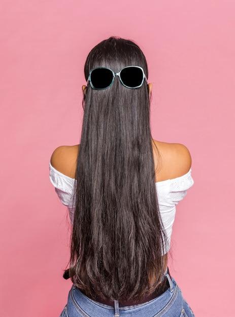 Cheveux Longs Avec Des Lunettes De Soleil Par Derrière Photo Premium