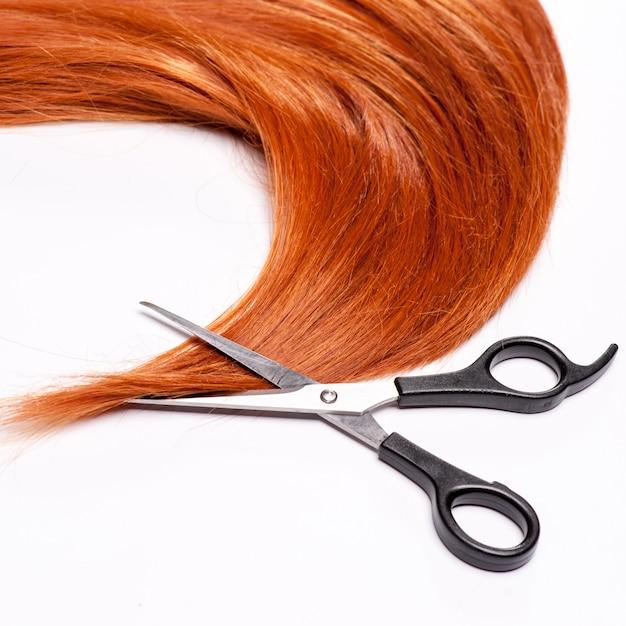 Cheveux Roux Brillants Et Cisailles De Coupe De Cheveux Isolés On White Photo Premium