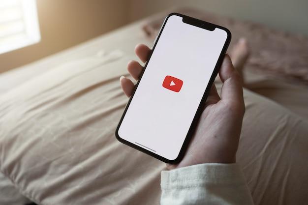 Chiang Mai, Thaïlande - 7 Juin 2020: Iphone X De Dernière Génération Avec Logo Youtube à L'écran Photo Premium