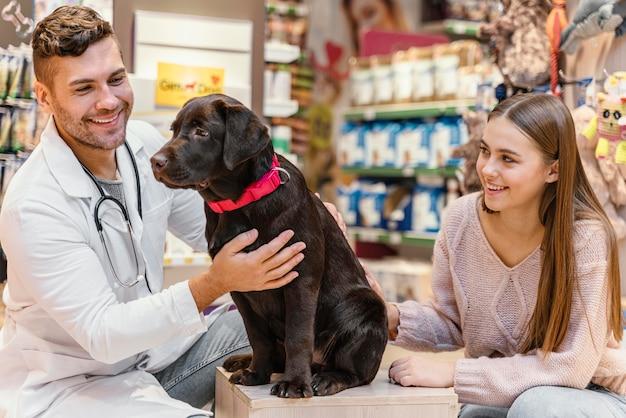 Chien Contrôlé Par Le Vétérinaire à L'animalerie Photo gratuit