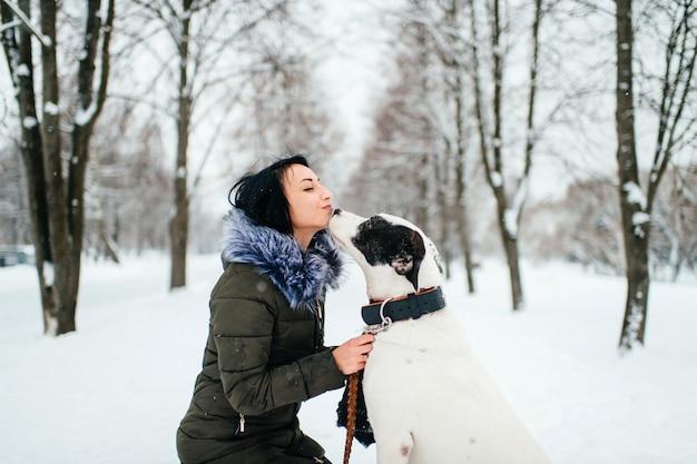 Chien Embrasse Sa Maîtresse Dans La Rue à Winter Park. Photo Premium