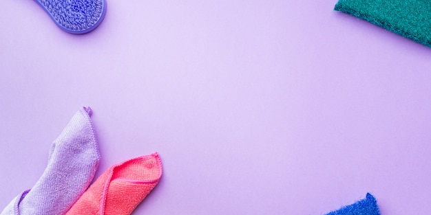 Chiffons et éponges de nettoyage sur fond de couleur Photo Premium