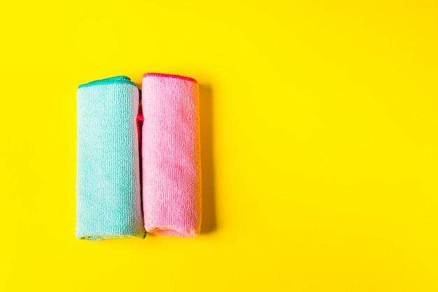 Chiffons en microfibre colorés sur jaune vif Photo Premium