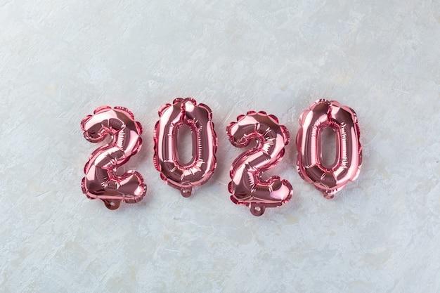 Chiffres roses 2020 sur béton blanc Photo Premium