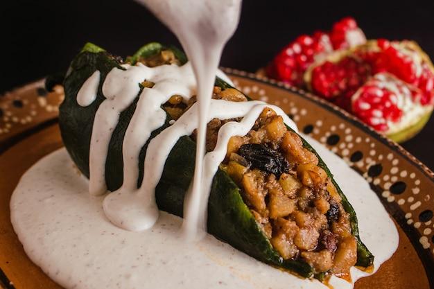 Chiles en nogada cuisine mexicaine traditionnelle à puebla au mexique Photo Premium