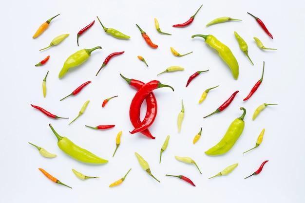 Chili peppers sur fond blanc. Photo Premium