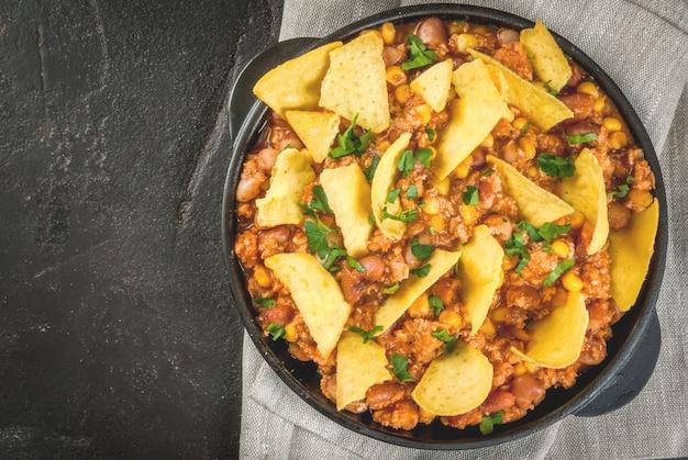 Chilien Mexicain Traditionnel Servi Dans Une Poêle à Frire Avec Des Nachos Photo Premium