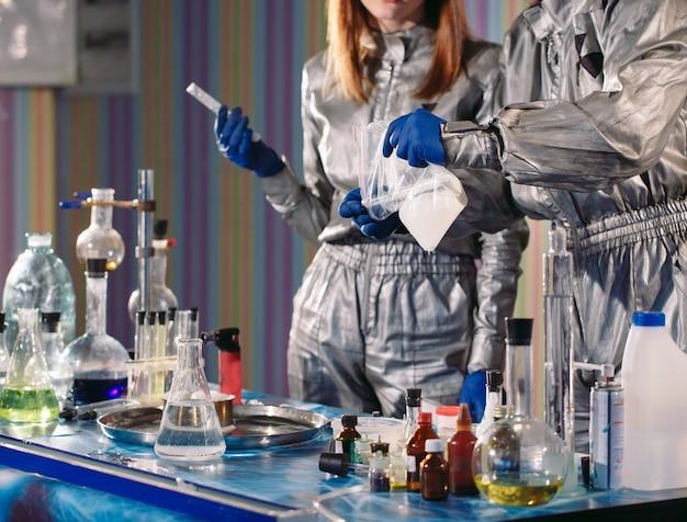 Les chimistes fabriquent des médicaments en laboratoire. Photo Premium