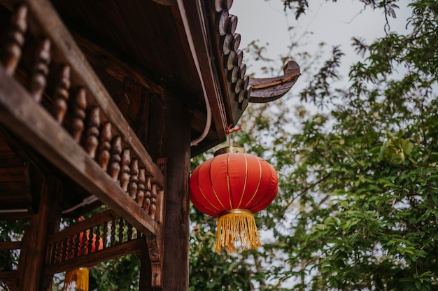 Chine Voyage Lanternes Rouges Chinoises Accroché Sur Une Pagode En Bois Ou Un Gazebo Dans Le Parc Naturel Pour La Bannière De La Célébration Lunaire Du Nouvel An Chinois Photo Premium