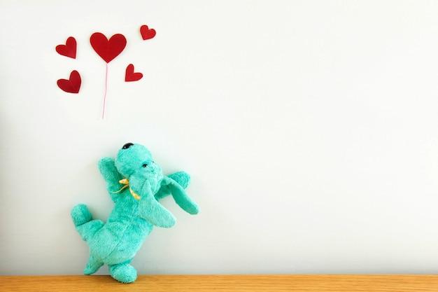Chiot mignon avec des ballons coeur rouge, Photo Premium