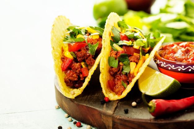 Chips De Nachos Mexicains Et Tacos Avec Viande, Haricots Et Salsa Photo Premium