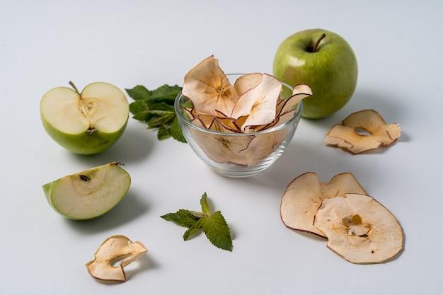 Chips de pommes séchées et pommes fraîches. Photo Premium
