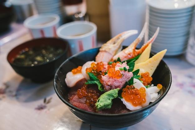 Chirashi sushi don ou sashimi donburi Photo Premium