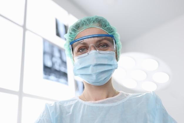Chirurgien Femme En Costume Stérile En Salle D'opération Photo Premium