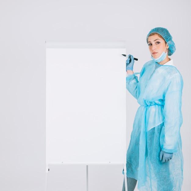 Chirurgien avec marqueur et tableau blanc Photo gratuit