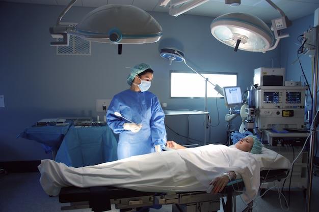 Chirurgien et patient au bloc opératoire Photo Premium