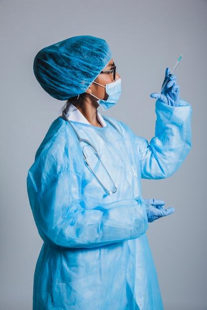 Chirurgien à la seringue Photo gratuit