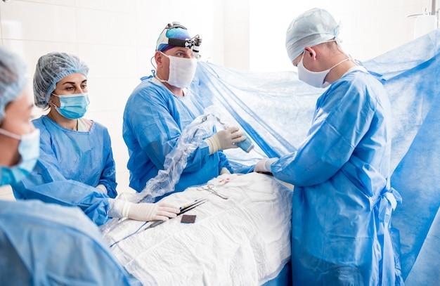 Le Chirurgien Utilise Un Appareil D'imagerie Par Fluorescence Portable Pendant Le Retrait Du Sein. Photo Premium