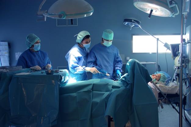 Chirurgiens dans la salle d'opération Photo Premium
