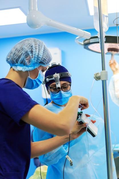 Chirurgiens opérant un patient en salle d'opération Photo Premium