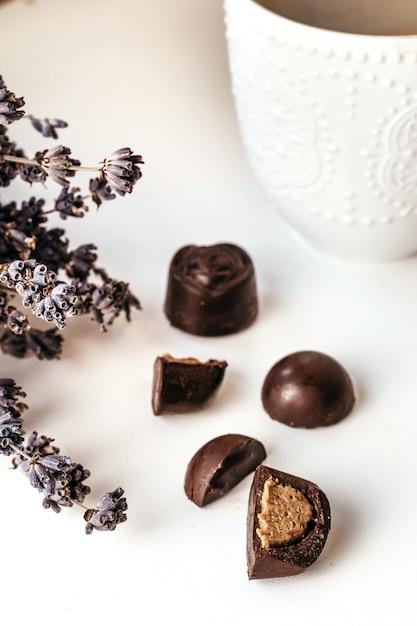 Chocolat Artisanal, Assortiment De Chocolat Noir Aux Noix Et Baies De Goji. Bonbons Au Café. Photo Premium