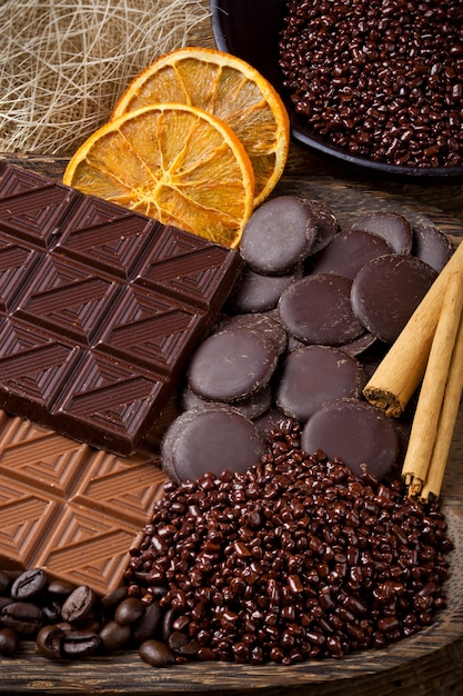 Chocolat avec des bâtonnets d'orange séchée et de cannelle tranchés Photo Premium
