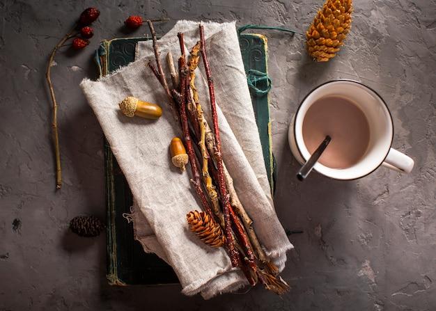 Chocolat chaud à décor naturel Photo gratuit
