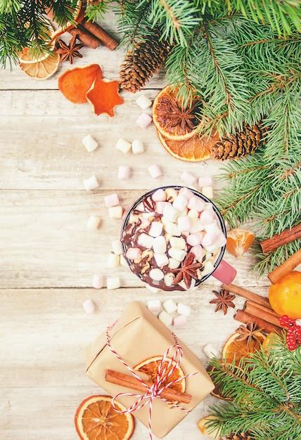 Chocolat chaud et guimauve sur fond de noël. mise au point sélective. Photo Premium